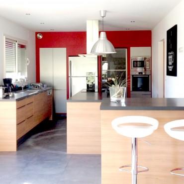 architecte interieur decoration decorateur cuisine équipée rouge bois bar comptoir