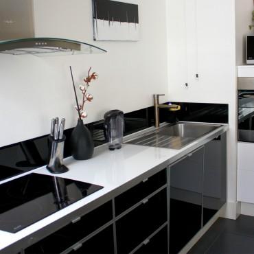 architecte interieur decoration decorateur cuisine équipée bois bar comptoir séjour salle à manger salon appartement noir